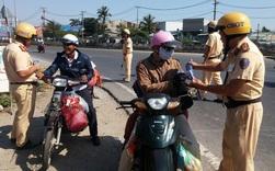 Bị CSGT 'tuýt còi', người dân về quê ăn tết bất ngờ được tặng nước suối