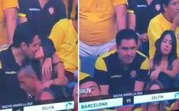 Góc đen đủi: Bị camera quay được cảnh hôn gái lạ trên khán đài, fan bóng đá bị vợ đá tức khắc vì tội cắm sừng