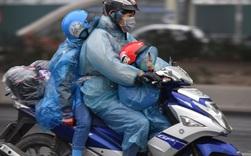Chùm ảnh: Trẻ nhỏ trùm chăn, khoác áo mưa chật vật theo chân bố mẹ rời Thủ đô về quê ăn Tết