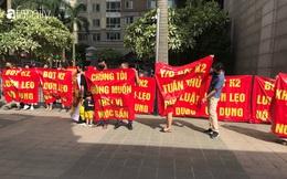 """Hà Nội: Hàng trăm người tập trung dưới chung cư cao cấp căng băng rôn """"chúng tôi không muốn chết vì nước bẩn"""""""