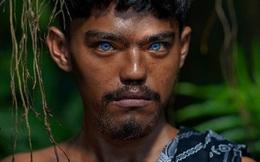 """Sự thật đằng sau những đôi mắt xanh tuyệt đẹp phát sáng trong đêm tối của người dân bộ tộc """"mắt biếc"""" kỳ lạ"""