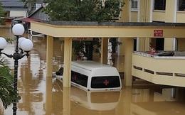 Quảng Bình: Bệnh viện chìm trong biển nước, sản phụ phải chuyển lên khoa Hồi sức tránh lũ, bệnh nhân và bác sĩ chia nhau phần thức ăn ít ỏi