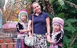 """Chụp ảnh với nữ du khách, hai bé gái bất ngờ bị cáo buộc trộm cắp vì một chi tiết nhỏ trong bức hình: """"Bố ơi, chúng con đã làm gì sai?"""""""