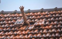 Những cánh tay 'cầu cứu' từ mái nhà trong cơn lũ lịch sử ở Quảng Bình