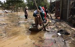 """Ảnh: Người dân Quảng Bình bì bõm """"bơi"""" trong biển rác sau trận lũ lịch sử, nguy cơ lây nhiễm bệnh tật"""