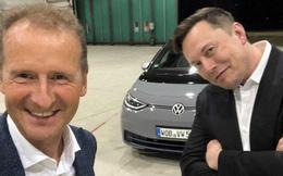 Elon Musk ngồi cùng xe với CEO Volkswagen, trực tiếp lái thử sản phẩm của đối thủ và đưa nhận xét công tâm