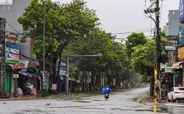 Đường phố Quảng Ngãi xơ xác, nhà dân tốc mái trước khi bão số 9 đổ bộ