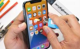 """""""Tra tấn"""" iPhone 12 Pro: Màn hình """"Ceramic Shield"""" bền nhưng không chống xước"""