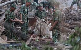 Ảnh: Hiện trường ám ảnh vụ sạt lở vùi lấp 11 ngôi nhà ở Trà Leng, bộ đội và người dân bới móc từng đống đổ nát để tìm kiếm thi thể