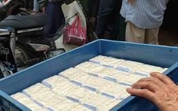 Xếp hàng chờ mua bánh Trung thu truyền thống thanh lý 14.000 đồng/chiếc