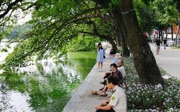"""Hồ Gươm """"thay áo mới"""", người Hà Nội rủ nhau đi dạo trên vỉa hè lát đá đẹp như công viên ở trời Âu, tận hưởng tiết trời thanh mát đầu đông"""