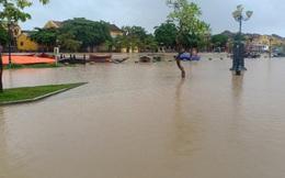 Nước sông Hoài lên nhanh gây ngập nặng, người Hội An hối hả chạy lũ