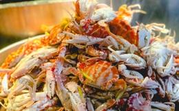 """Bỏ hơn 1 triệu ăn buffet hải sản ở nhà hàng nổi tiếng Hà Nội, thực khách bất ngờ phát hiện """"cua có giun"""" nhưng câu trả lời từ nhà hàng lại là thứ kỳ lạ khác?!?"""