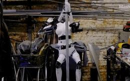 Từ thú vui chế tạo robot thoát y, nam nghệ sĩ này giờ sáng tạo cả robot ăn xin hay robot say xỉn