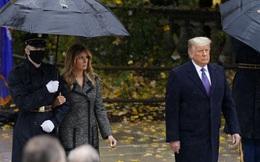 """Lần đầu xuất hiện công khai cùng ông Trump sau ngày bầu cử, bà Melania có """"động thái lạ"""" gây bão dư luận"""