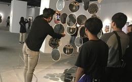 """Hội """"sống ảo"""" giẫm lên cả thông tin tác phẩm tại triển lãm ở Hà Nội, chê ít background đẹp và ở tầm 30 phút là chán"""