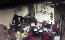 """CLIP: 3 phút thanh niên bịt mặt """"đại náo"""" phòng giao dịch ngân hàng ở Đồng Nai"""