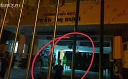 """Nghi ngờ có điều """"khuất tất"""", nhiều phụ huynh ở TP.HCM tập trung trước cổng trường lúc nửa đêm yêu cầu được vào nhà bếp kiểm tra"""