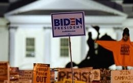 [Video] Người ủng hộ ông Biden căng biển hiệu kín đường phố, tiến sát Nhà Trắng