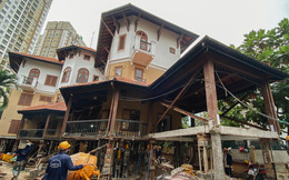 """Cận cảnh căn biệt thự ngàn tấn ở phố nhà giàu Sài Gòn được """"thần đèn"""" nâng cao 2m để chống ngập"""