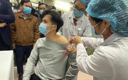 Những hình ảnh về người đầu tiên tiêm thử nghiệm vắc-xin ngừa COVID-19