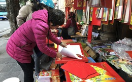 Tết dương lịch đến gần, phố phường Hà Nội ngập tràn sắc đỏ