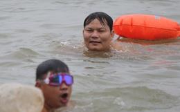 'Sốc' người dân Hà Nội vẫn bơi giữa sông Hồng trong giá rét căm căm