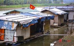 Người dân xóm phao giữa sông Hồng chật vật chống chọi với giá rét