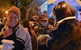 Cảm động những suất cơm 0 đồng trao tặng người vô gia cư giữa đêm đông giá rét ở Hà Nội