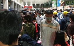 """Ảnh: Sân bay Tân Sơn Nhất đông nghẹt trong ngày cuối năm, hành khách rồng rắn xếp hàng dài chờ """"check in"""""""