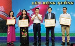 Ông Johnathan Hạnh Nguyễn nhận bằng khen của Bộ Tư lệnh Cảnh sát biển