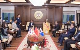 """Hiệu trưởng ĐH Kinh tế Quốc dân giải thích về bức ảnh Hoa hậu Đỗ Hà bị chê trách vì ngồi khi thầy giáo đứng """"khúm núm"""""""