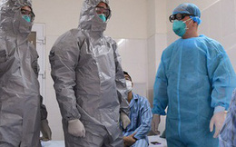Ảnh: Thứ trưởng Bộ Y tế vào tận phòng cách ly thăm hỏi, động viên bệnh nhân mắc COVID-19