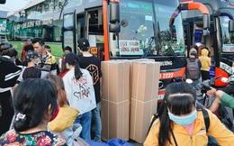 Ảnh: Người dân ùn ùn đổ ra bến xe Miền Đông, rời Sài Gòn về quê trước giờ áp dụng biện pháp hạn chế di chuyển để trách dịch