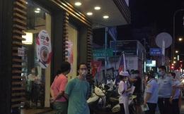 """Bất chấp dịch Covid-19, nhiều hàng quán ở Sài Gòn vẫn mở cửa kinh doanh: Từ việc """"đóng cửa trước mở cửa bên"""" đến việc... tắt đèn đón khách"""