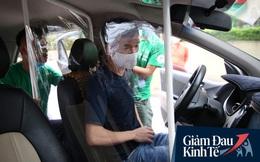 Cận cảnh hình ảnh xe taxi công nghệ lắp vách ngăn bằng tấm nhựa giúp phòng ngừa dịch Covid-19