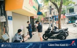Những hàng ăn nổi tiếng Hà Nội gọi hàng qua khe cửa, chăng dây tạo vùng an toàn, bất cứ ai đặt hàng phải đeo khẩu trang đúng chuẩn