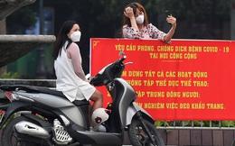 Phố Hà Nội sau nhiều ngày cách ly xã hội: Không ít người vẫn vô tư tụ tập, dạo chơi, đi thể dục