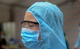 Nữ nhân viên y tế trực chốt tại Hạ Lôi nơi có 5 người mắc COVID-19 bật khóc khi nhắc về con