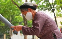 Ảnh: Hà Nội có cây ATM nhả ra gạo miễn phí đầu tiên, người dân vui mừng xếp hàng dài chờ nhận