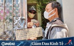 Thầy giáo Tây đeo khẩu trang cầm bảng đứng đường ở TP.HCM choáng ngợp bởi lòng từ bi của người Việt, xin không nhận nữa và chuyển 36,3 triệu cho người khó khăn hơn