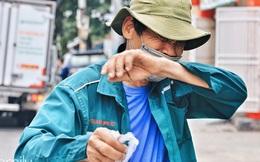 Xúc động với khoảnh khắc cụ ông rơi nước mắt khi nhận phần cơm miễn phí từ ca sĩ Sỹ Luân và hàng cơm di động đầu tiên tại Sài Gòn