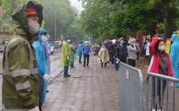 Ảnh: Mặc trời mưa, người Hà Nội vẫn xếp hàng dài cả trăm mét để chờ xét nghiệm tại các điểm test nhanh Covid-19