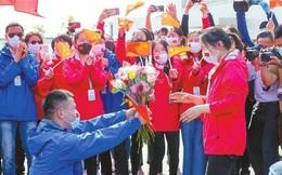 Tình yêu nảy nở của cặp đôi y tá từ nơi bệnh viện dã chiến lạnh lẽo chống dịch Covid-19 ở Vũ Hán