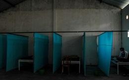 Chính quyền Indonesia trừng phạt người vi phạm lệnh phong tỏa giữa dịch Covid-19 bằng cách nhốt họ trong 'nhà ma ám'