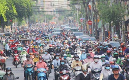 Xe khách, taxi rục rịch hoạt động trở lại, đường phố Sài Gòn chen chúc người di chuyển sau khi nới lỏng cách ly xã hội