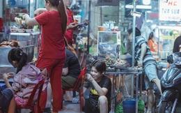 """Hàng quán tại khu chợ bình dân nức tiếng nhất Sài Gòn hậu cách ly xã hội: Cảnh tấp nập đã trở lại, người bán và mua vẫn """"đề phòng là trên hết"""""""