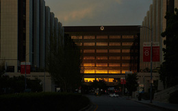 Câu chuyện khiến nhiều người phải suy ngẫm về công cuộc chiến đấu chống Covid-19 ở 2 bệnh viện đối lập của Mỹ: Khi đã cận kề cái chết, giàu hay nghèo cũng chẳng còn ý nghĩa