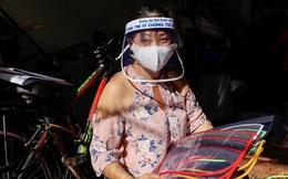 Nữ tiểu thương Sài Gòn xuất hiện trên loạt báo quốc tế khi tự làm hơn 1000 chiếc mặt nạ ngăn giọt bắn, dành tặng các y bác sĩ ở tuyến đầu chống dịch Covid-19
