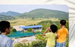 """Chống Covid-19, ngôi trường cách Hà Nội 40km biến thành trang trại thực phẩm sạch; giáo viên tự bắt cá, làm shipper, chốt đơn """"nhà nghề"""""""